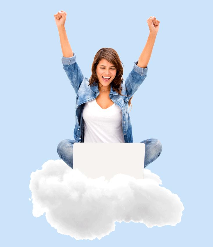 Frau mit Laptop auf Wolke. Freude durch Hilfe von computerpate